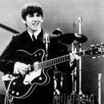 La guitarra de George Harrison se destruye