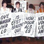 Sesión de fotos con carteles para All You Need Is Love