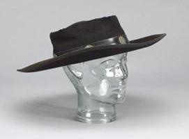 Subastarán sombrero negro de vaquero de Lennon