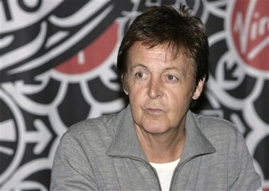 Fans duermen en la calle por firma de autógrafos de McCartney
