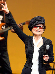 Una carta revela el chantaje del chófer de Yoko Ono
