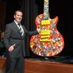 120 mil dólares por una guitarra gigante firmada por McCartney