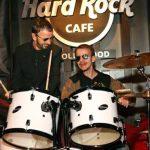 Ringo Starr le regala una batería a un niño