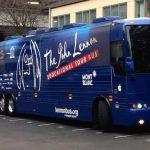 Un ómnibus abre puertas en nombre de Lennon