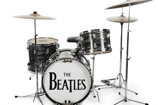 """La batería Ludwig Oyster 1963 de tres piezas color negro y perla de Starr fue usada en más de 200 presentaciones y grabaciones entre mayo de 1963 y febrero de 1964, incluyendo aquellas de éxitos como """"Can't Buy Me Love"""" y """"All My Loving"""". Paul McCartney también la usó para su primer disco solista """"McCartney"""". Se espera que se venda de $300,000 a $500,000."""