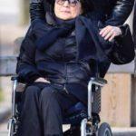 Yoko Ono pasea por Central Park en silla de ruedas