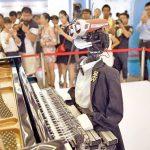 """Feria Mundial de Robots muestra a un robot que toca """"Imagine"""""""