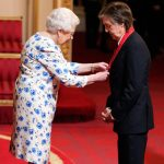 "Paul McCartney es condecorado por la reina como su ""Acompañante de Honor"""