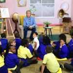 Paul McCartney lee su libro infantil a niños en Londres