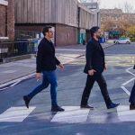 Ex futbolistas del AC Milán recrean la portada de Abbey Road en las calles de Liverpool