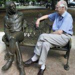 George Martin visita la estatua de Lennon en Cuba