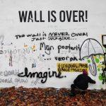 Destruyen el muro de John Lennon en Praga