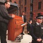 George Michael presta el piano de Lennon para un evento pacífico