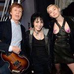 Paul McCartney junto a los pechos de Miley Cyrus