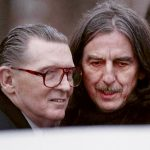 George acude al funeral de Carl Perkins