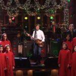 Paul McCartney participa de SNL interpretando su tema navideño